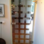 Glazen deur in woning met satijnen vlakken