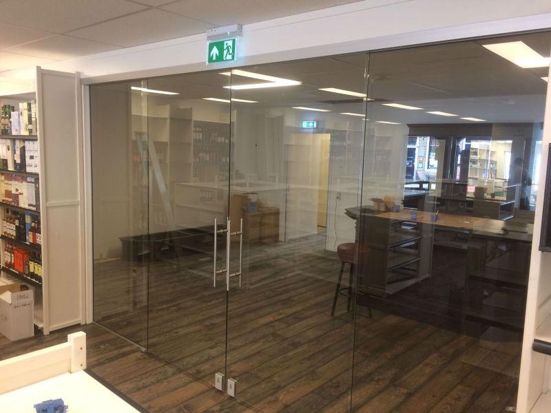 Mitra glazen wand met deur