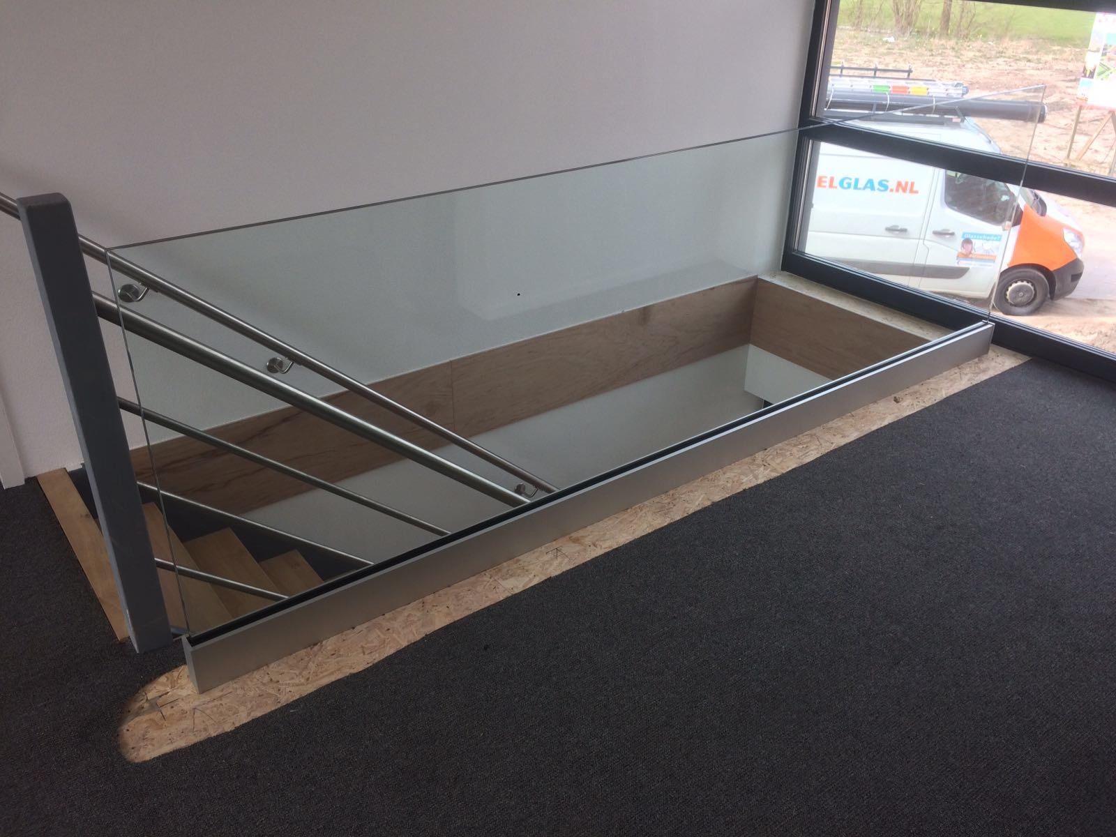 glazen balustrade trap in huis