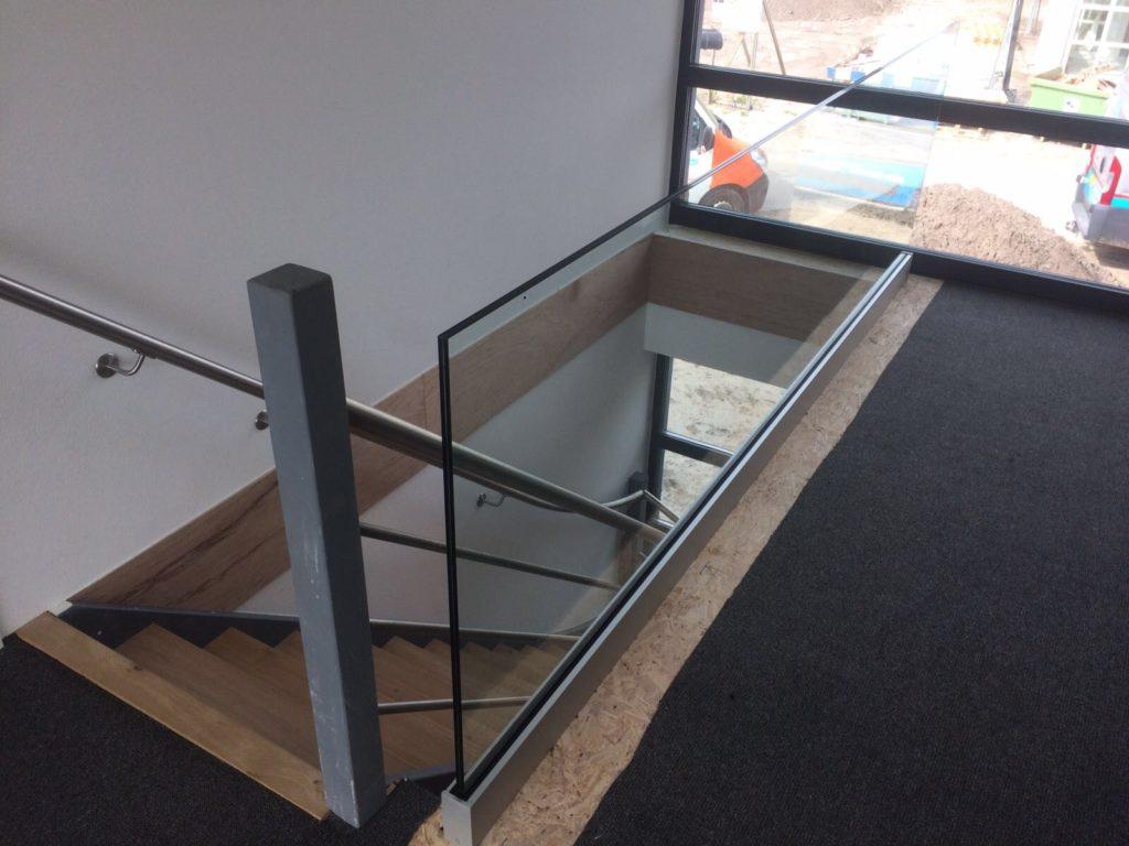 balustrade van glas bij de trap
