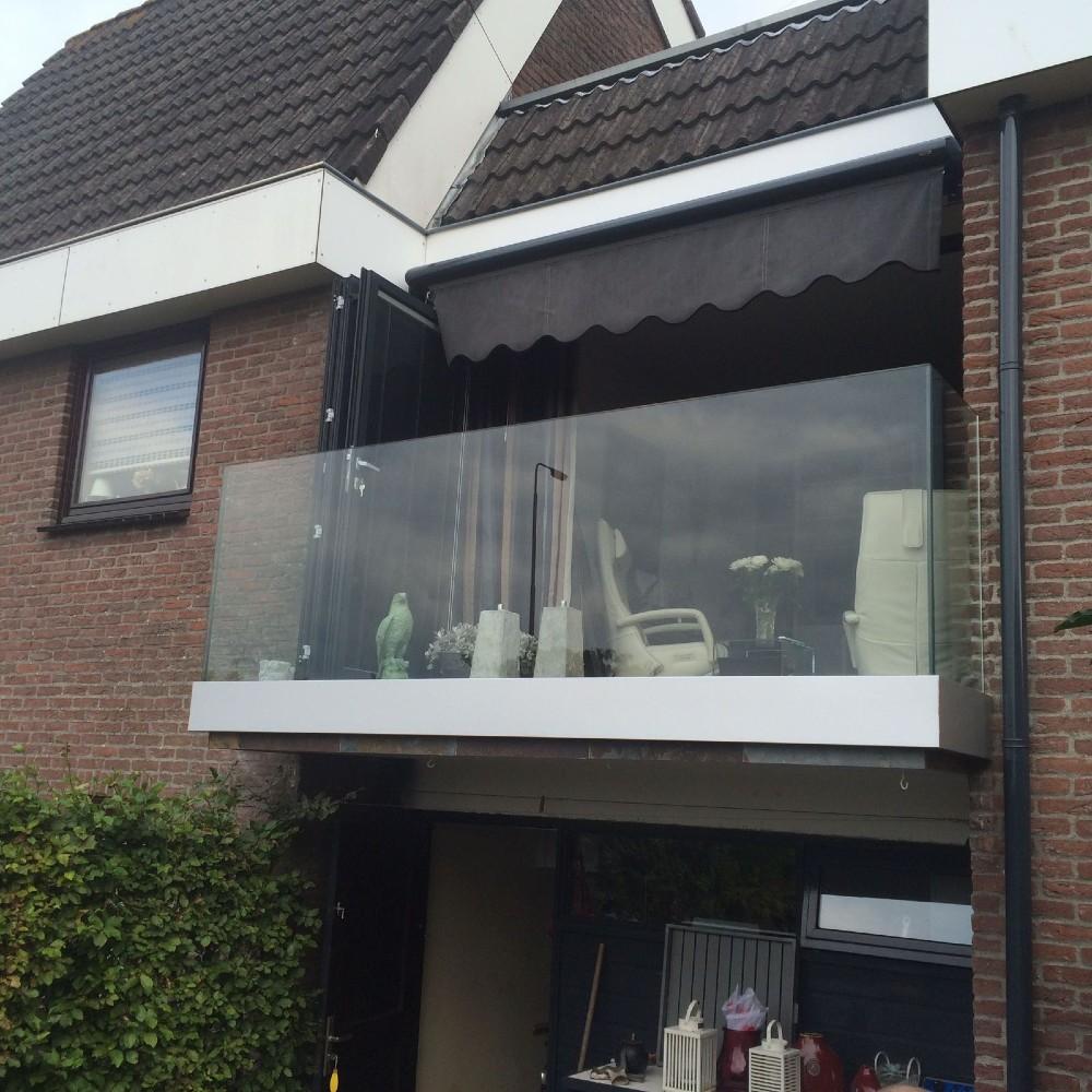 glazen balustrade op balkon