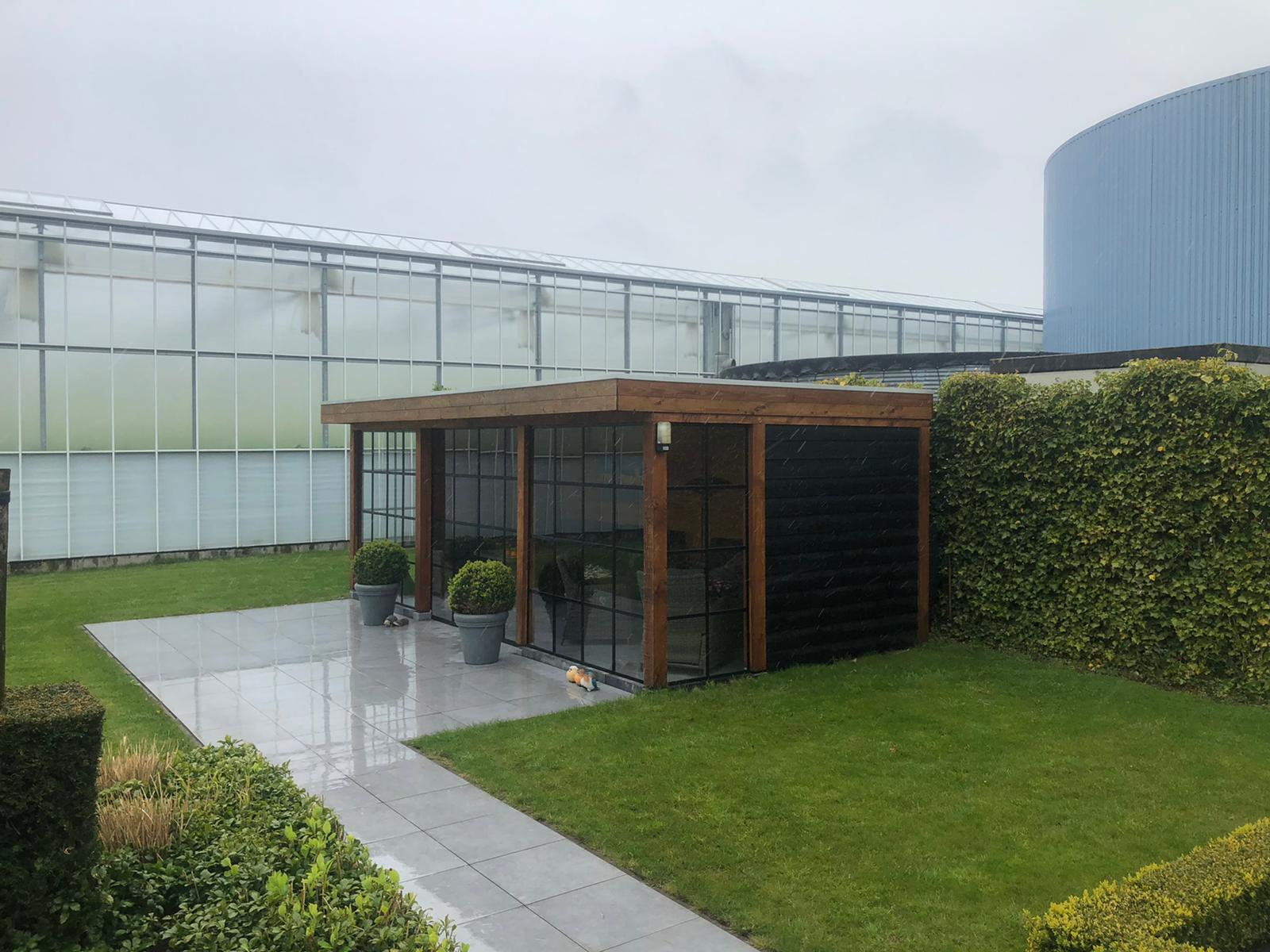 tuin met een glazen wand in kas