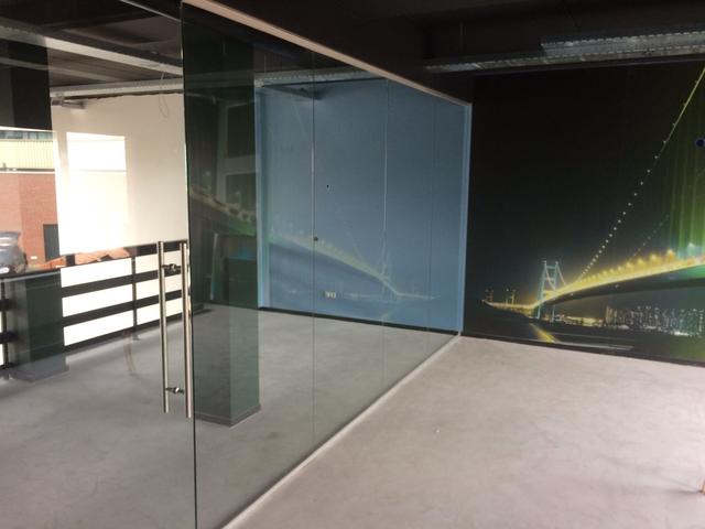 Glazen-hardglazen-deur-in-combinatie-met-glazen-wand